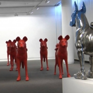"""En 2011, les animaux porteurs d une gourde d eau, crees par William Sweetlove, exposes a la """"Maison de la Culture de la Province de Namur"""""""