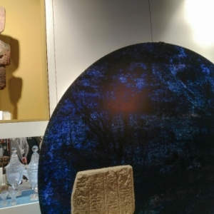 "Fragment egyptien, statue precolombienneet oeuvre contemporaire (c) Joel Jacob / ""Espace Virga"""