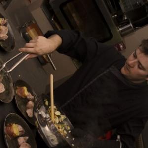 """Le Chef du """"Terra Terrae"""" cuisinant devant ses convives (c) Alexandre Marchand"""