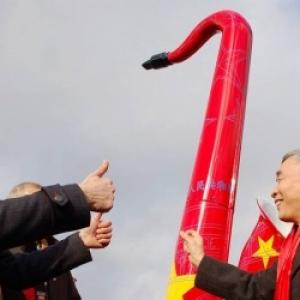 L Ambassadeur de Chine et Richard Fournaux devant un Symbole de la Ville d Adolphe Sax