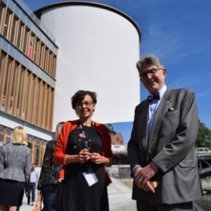 La directrice du Service de la Culture, Bernadette Bonnier, et l architecte, Philippe Samyn