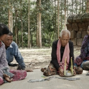"""""""Les Tombeaux sans Noms"""" (Rithy Panh/Cambodge-Fra./documentaire/115′)"""