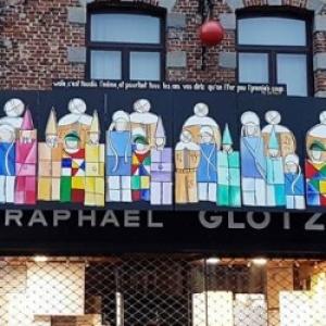 """Une """"Fresque Carnavalesque"""" exposee, telle qu elle l etait, en 2018, sur la facade du magasin (c) """"DH"""""""