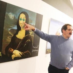 """Giles Rochez montrant sa """"Joconde"""", a la maniere"""" de Marcel Duchamp (c) """"La Nouvelle Gazette"""""""