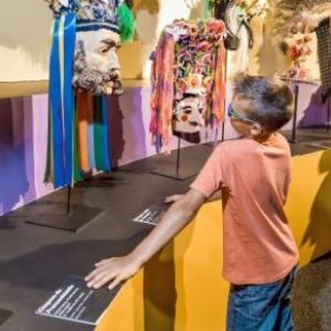 """En famille, a Binche, au (c) """"Musee International du Carnaval et du Masque"""""""