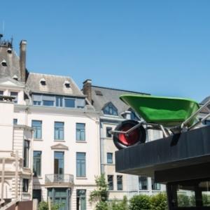 """""""Brouette"""", la brouette geante face a l arriere de l Hotel de Ville (c) """"L Avenir"""""""