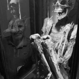 """Frederic Cordier regardant la momie de """"Rascar Capac"""" au """"Musee Art et Histoire"""" (c) """"Panoramique Terre Productions"""""""