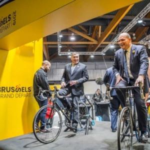 """Eddy Merckx et Philippe Close assurant le promotion, en janvier, au """"Salon de l Auto"""" (c) Eric Danhier"""