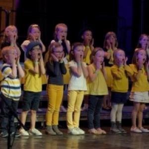 """L un des groupes des 600 jeunes choristes des """"Clac sons"""" (c) Bernard Rie/""""L Avenir"""""""
