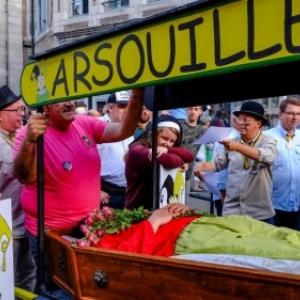 """""""Quartier Saint-Nicolas"""" : Enterrement de l """"Arsouille"""" (c) """"La Meuse"""""""