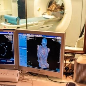 """La momie de """"Rascar Capac"""" passee a la radioscopie 3D dans un scanner ultra performant (c) """"Panoramique Terre Productions"""""""
