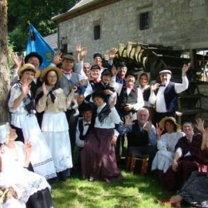 """La """"Pastourelle"""", de Villers-lez-Heest, dans les rues de Namur, avec 10 autres groupes folkloriques"""