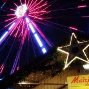 La Mairie et la Grande Roue au Coeur du Village de Noel, sur la Place du Marche
