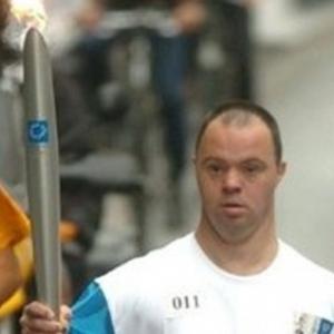 """Sportif, Pascal Duquenne porta la flamme olympique, a Bruxelles, en 2008 (c) Herwig Vergult/""""AFP"""""""
