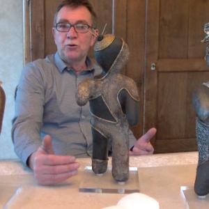 Philippe Robert membre du Kiwanis présente quelques Kdolls réalisées par son épouse, une des artistes bénévoles.