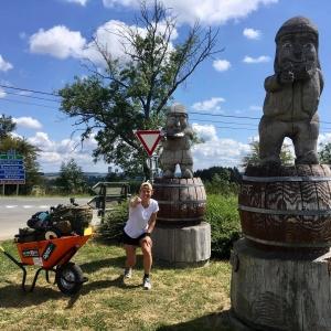 Achouffe-Fontenaille, Célie Desmeth et son tour de Belgique avec une brouette