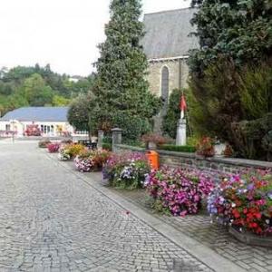 11. Idem, avec le trottoir du recueillement: monument de Houffalize Remember et bordure de l'ancien cimetiere.