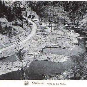 """Le trous de bombe dans le lit majeur de l'Ourthe (route de La Roche, tournant avant les """"Ets Dislaire"""")"""