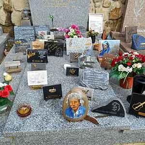 24: tombe Jean Ferrat