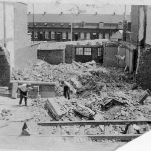 1940 : écrasé sous les bombes allemandes,  à Wervick. Gravement blessé et mère tuée. Père refoulé à Montpellier avec l'armée belge.
