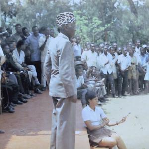 1956, Marcel Thonnon filme Ndeza qui harrangue ses danseurs pour Visa pour le Monde RTBF