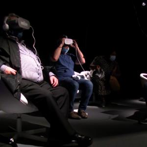 Le visiteur, assis sur un siège rotatif et muni d'un casque 3D, pénètre ainsi dans l'univers graphique et spirituel de ces deux grands artistes.