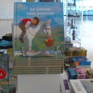 une boutique «souvenirs», en collaboration avec la Boutique du Lieu du Musée de la Boverie.