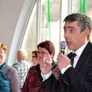 A gauche, la conservatrice des pommes, M.J. Martin. Le bourgmestre, Marc Caprasse, fait son speech.