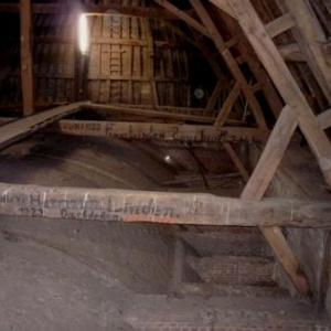 Le toit du transept et les poutres marquees