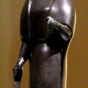 La statuette represente une femme, une main en avant qui tenait peut-etre un objet maintenant perdu