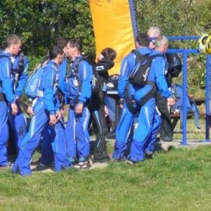 Equipe de parachutistes en partance