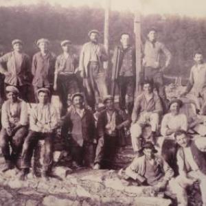 La plupart des ouvriers furent occupes pendant pres de 4 ans sur le site. Meme pendant les mois de chomage hivernal de novembre a  mars – avril, la majeure partie du personnel travaille