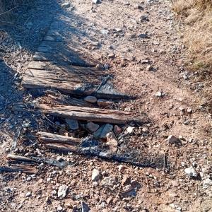 Le sentier a enterré les caillebottis