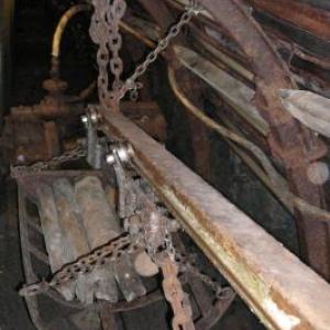 Le transport des pieux de sapin qui serviront d'etais
