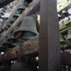 Cloches du carillon et leur fil de fer