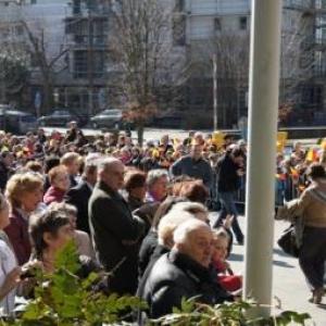 36. Les eleves et habitants attendent la sortie de la Princesse