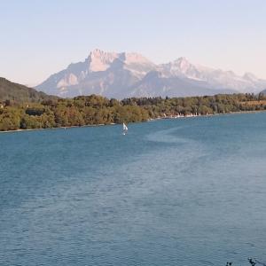 Le magnifique lac de Laffrey sur fond montagneux alpin