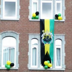 Les facades garnies de ballons aux couleurs de la Ville