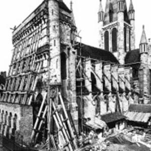 Dans la deuxième moitié du XIXe siècle, un échafaudage est monté pour restaurer la façade de l'église Notre-Dame