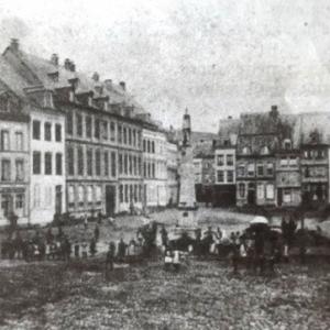Place Albert 1er : le bief est encore visible, la colline du Calvaire deboisee, de nmbreuses maisons patriciennes