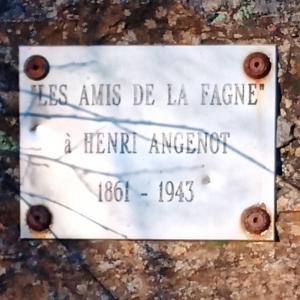 """Une des nombreuse plaques """"A la mémoire de ..."""" parsemant la Fagne"""
