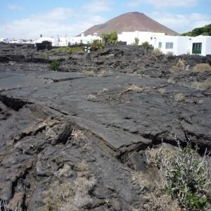 """""""Taho de Tahiche"""" : la maison de l'artiste, construite sur un fleuve de lave fige datant des eruptions des annees 1730 au-dessus de cinq grandes bulles de lave.)"""