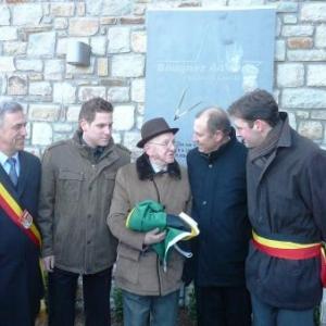 Le Gouverneur, le Bourgmestre, Ms Steffens pere et fils entourant l'ancien GI