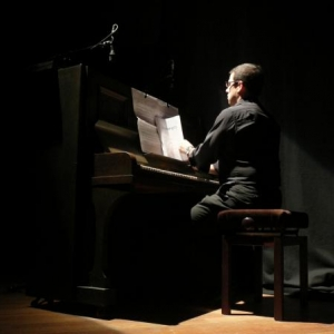 Antoni Sykopoulos assure l'accompagnement au piano