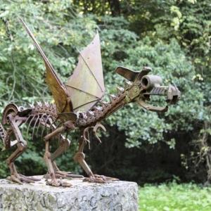 3. Sculpture en forme de dragon qui orne le sentier de l'étrange © Maison du Pays des Collines