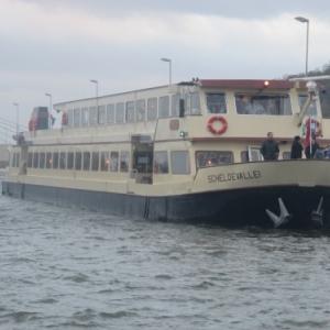 Arrivee du bateau niveau superieur ( cote Liege )