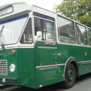 Des bus de collection amenaient les voyageurs a la gare de Vise