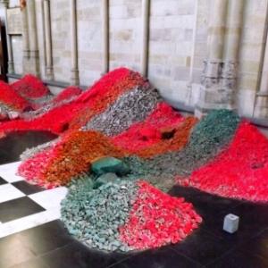 """Dans la cathedrale St Martin, un ces elements de l'exposition """"Tempus horribilis"""""""