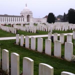 Vue d'ensemble de ce cimetiere qui est, avec pres de 12 000 tombes, le plus grand  gere par la Commission des Tombes de Guerre du Commonwealth dans le monde