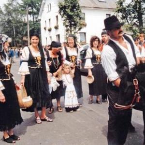 Groupe de costumes regionaux ( Fete d'ete a Ambleve )